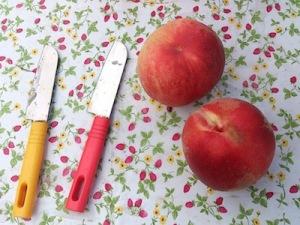 桃とナイフ